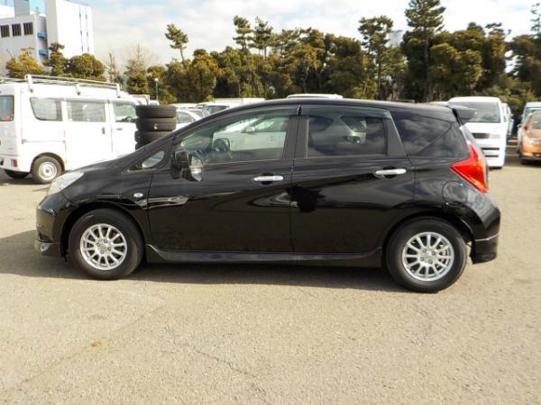 Nissan Note чёрный сбоку