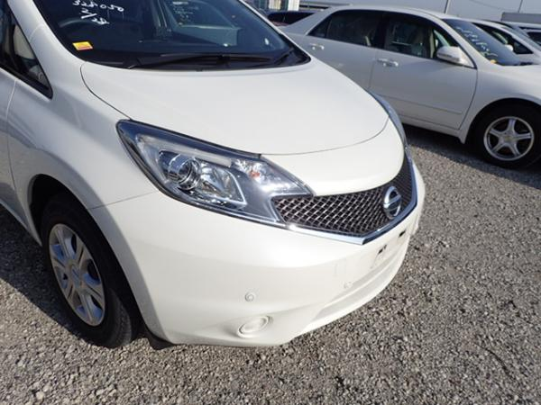 Nissan Note 2015 белый фара