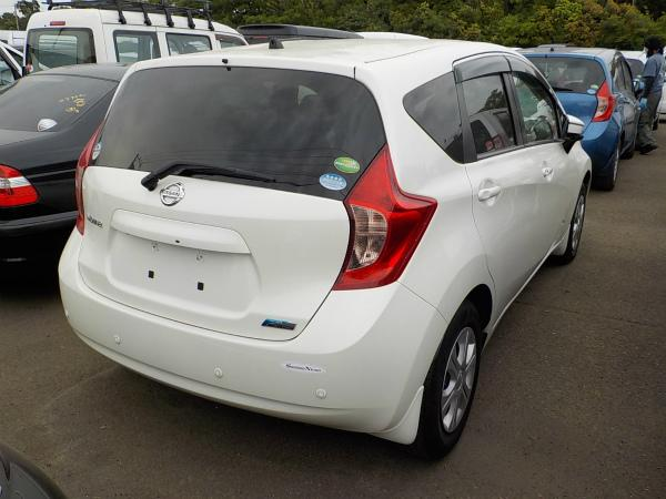 Nissan Note 2015 белый зад