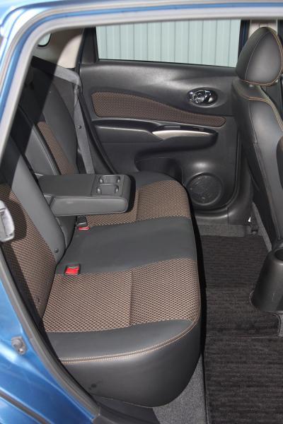 Nissan Note 2014 голубой задние сидения