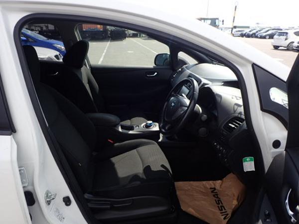 Nissan Leaf 2014 белый передние сидения
