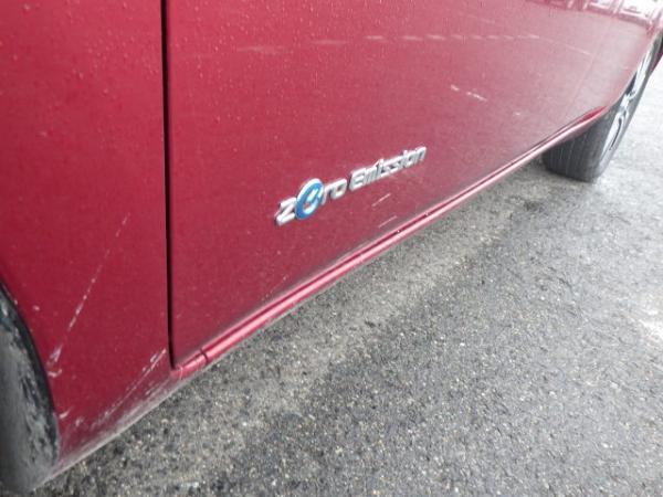 Nissan Leaf 2015 красный порог