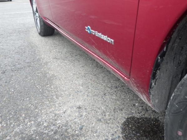 Nissan Leaf 2015 красный сбок