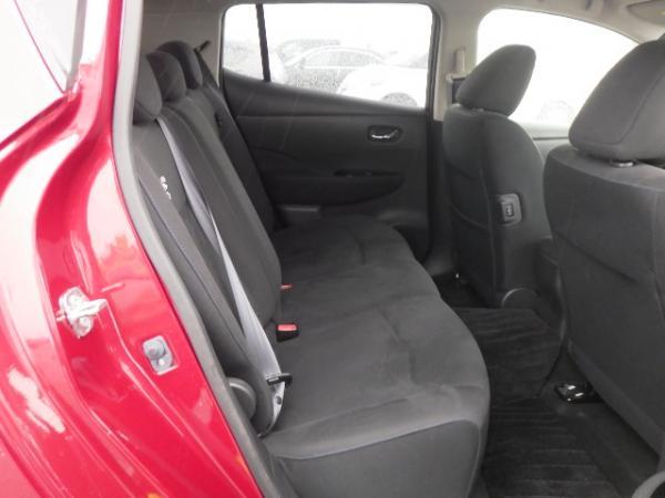 Nissan Leaf 2015 красный задние сидения