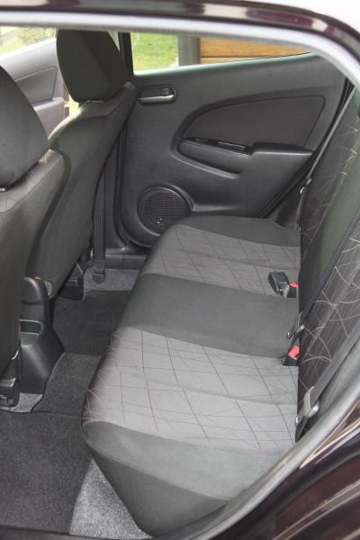Mazda Demio 2015 задние сидения