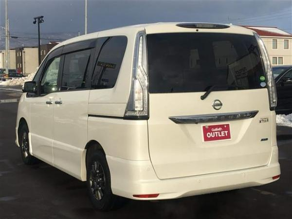 Nissan Serena белый сзади