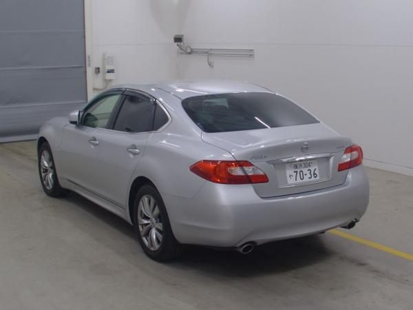 Nissan Fuga серый сзади