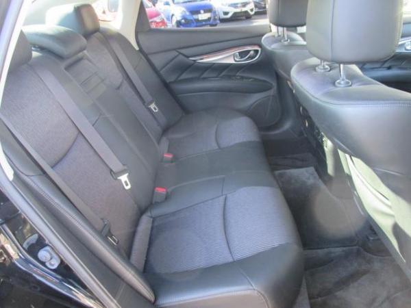 Nissan Fuga 2013 задние сидения