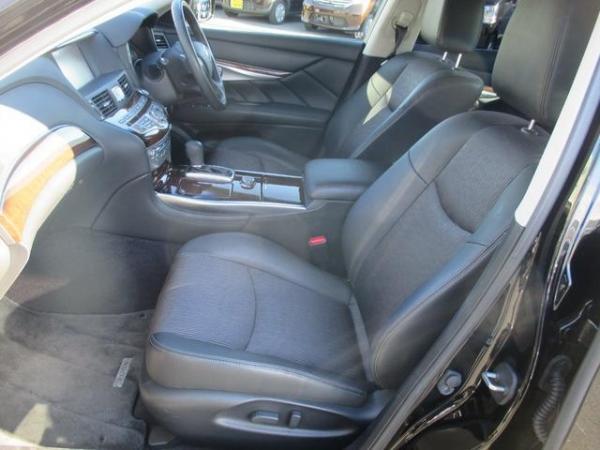 Nissan Fuga 2013 передние сидения