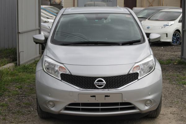 Nissan Note 2015 серый спереди