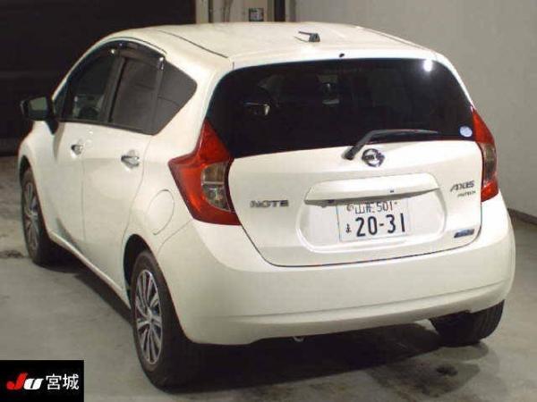 Nissan Note 2015 белый сзади