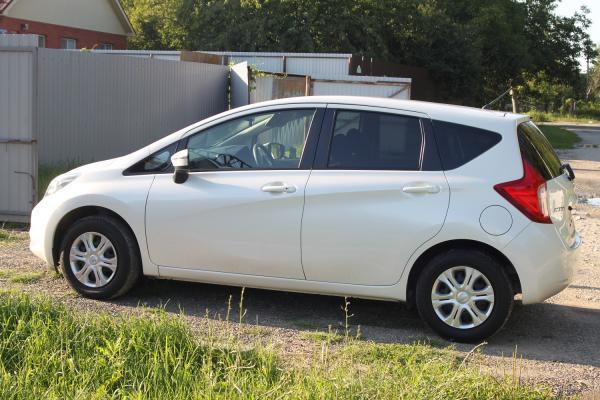 Nissan Note 2015 белый сбоку
