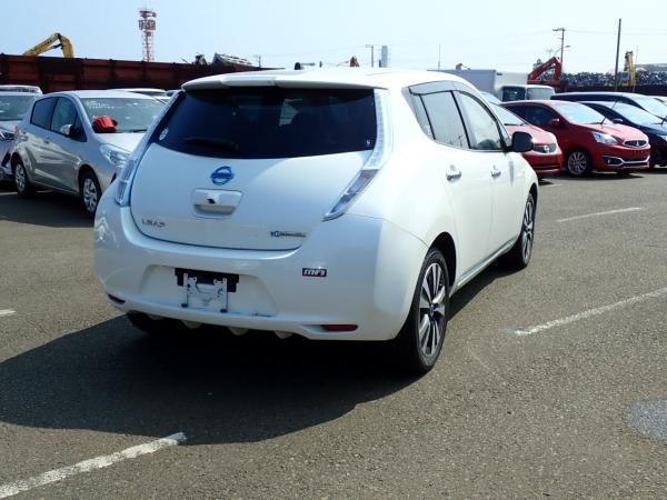 Nissan Leaf 2014 белый задний бампер