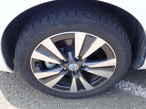 Nissan Leaf белый колесо
