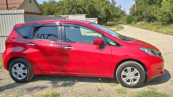 Nissan Note 2015 красный сбоку