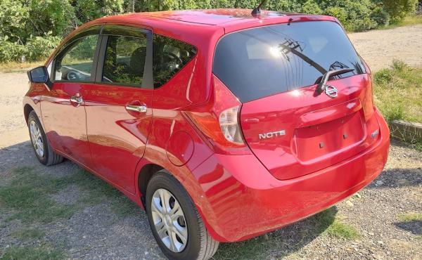 Nissan Note 2015 красный вид сзади