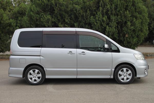 Nissan Serena серый сбоку