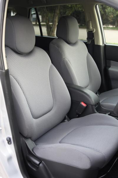 Nissan Wingroad 2017 передние сидения
