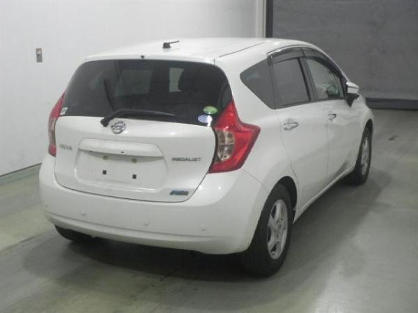 Nissan Note 2015 белый вид сзади