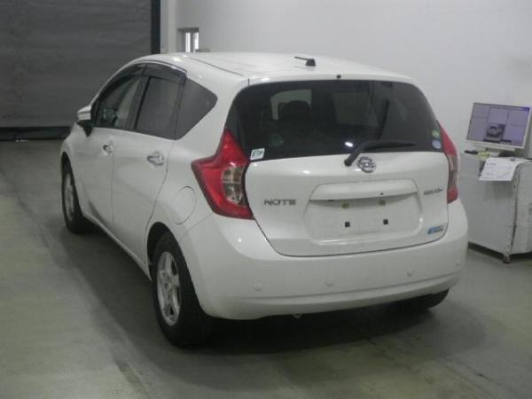 Nissan Note белый сзади