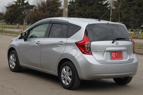 Nissan Note 2015 серый вид сзади