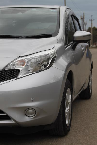 Nissan Note 2015 серый передняя фара
