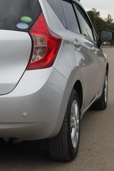 Nissan Note 2015 серый задняя фара