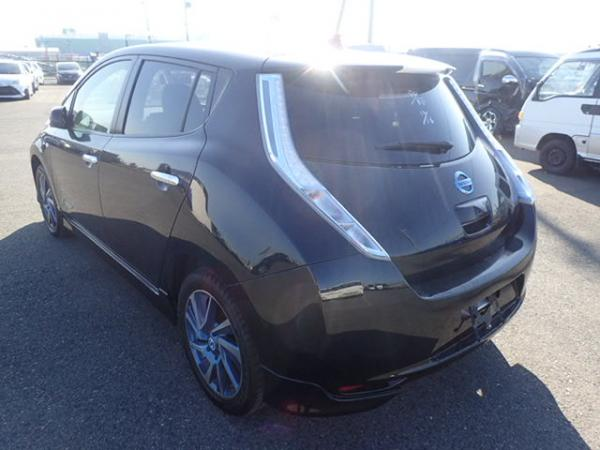 Nissan Leaf сзади