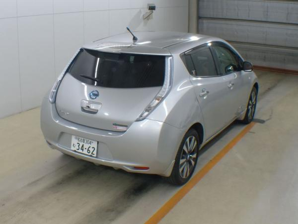 Nissan Leaf серый сзади