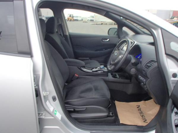 Nissan Leaf 2013 серый передние сидения