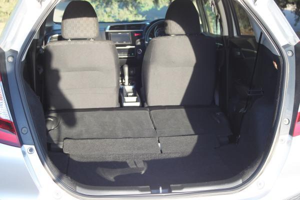 Honda Fit III Рестайлинг серый багажник