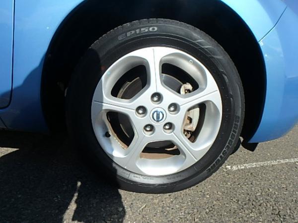Nissan Leaf 2012 синий переднее колесо