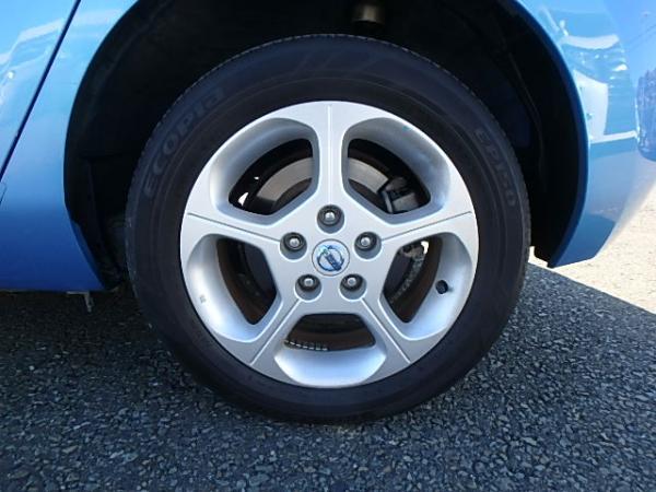 Nissan Leaf синий колесо