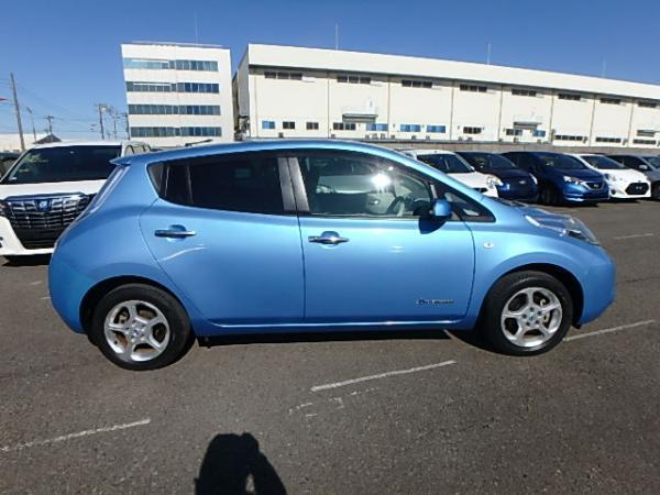 Nissan Leaf синий сбоку
