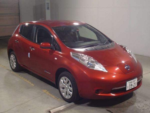 Nissan Leaf I красный спереди