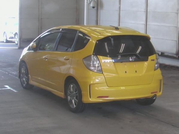 Honda Fit II рестайлинг 2012 жёлтый сзади