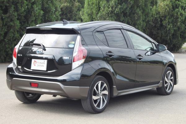 Toyota Aqua I Рестайлинг черный сзади