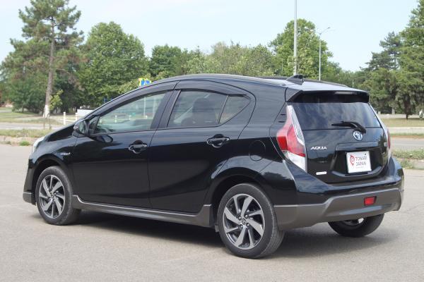 Toyota Aqua I Рестайлинг черный вид сзади