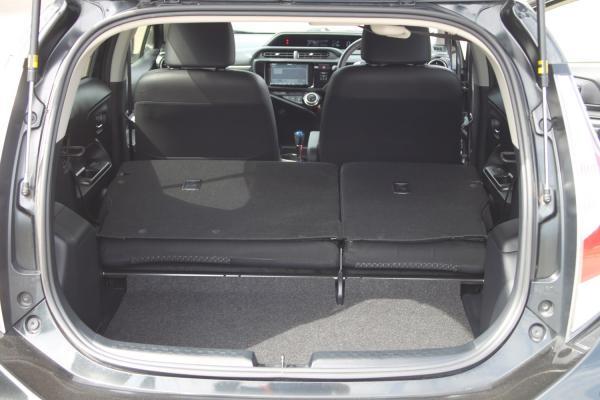 Toyota Aqua I Рестайлинг черный багажник