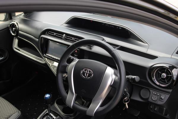 Toyota Aqua I Рестайлинг черный интерьер
